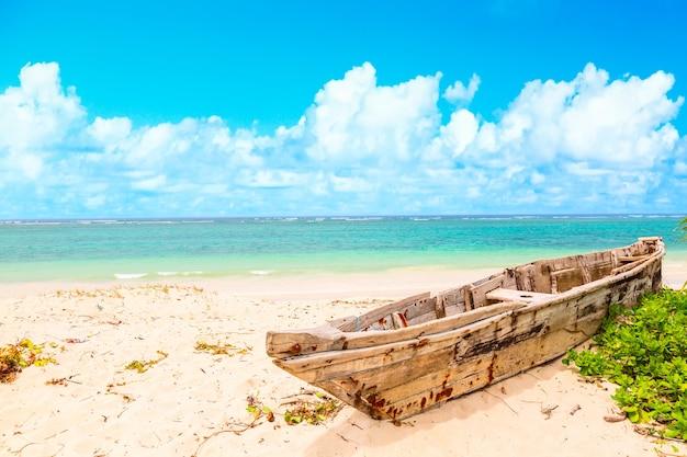 Piękne wybrzeże tropikalne z drewnianą łodzią rybaków na plaży diani w ukunda w kenii, w afryce.