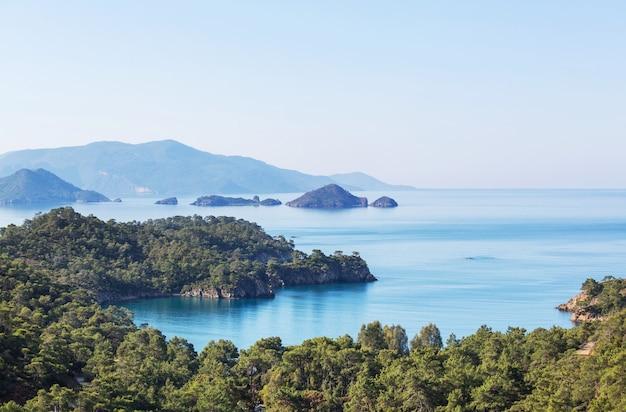 Piękne wybrzeże w turcji. niesamowite naturalne krajobrazy wzdłuż licyjskiego szlaku turystycznego.