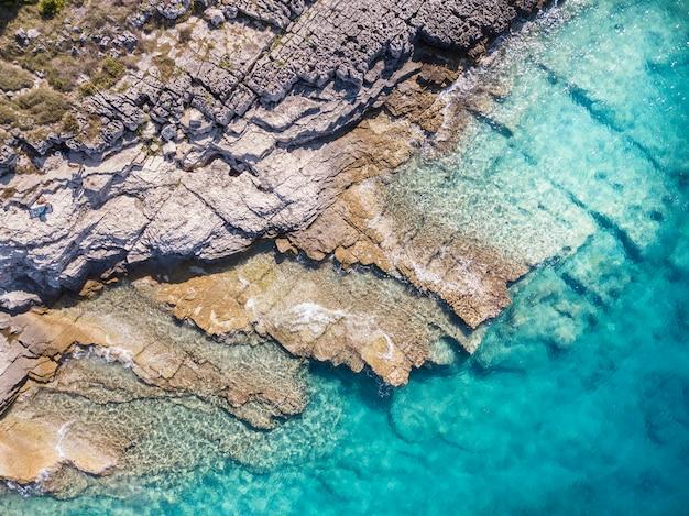 Piękne wybrzeże z drona