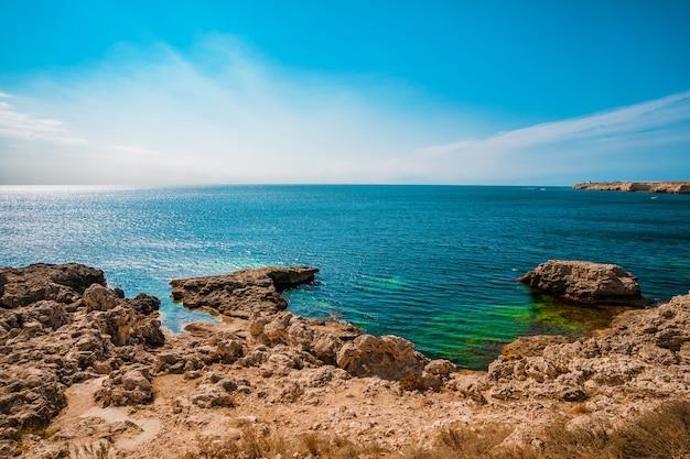 Piękne wybrzeże z turkusową wodą i skałami. letni krajobraz morski, słynny cel podróży