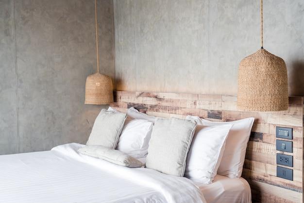 Piękne wygodne poduszki na łóżku