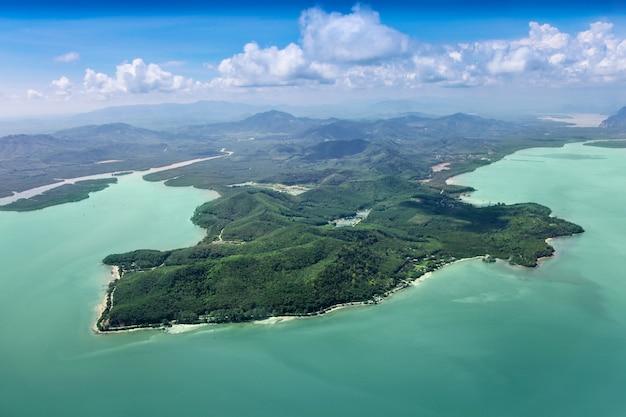 Piękne wyspy na morzu, widok z samolotu