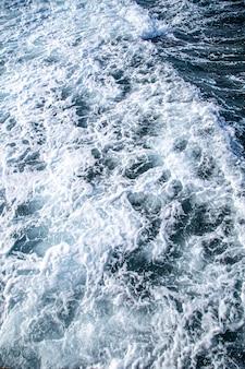 Piękne wzburzone morza z morską pianą i falami.