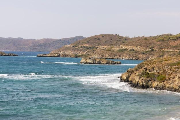 Piękne wzgórza i widok na morze