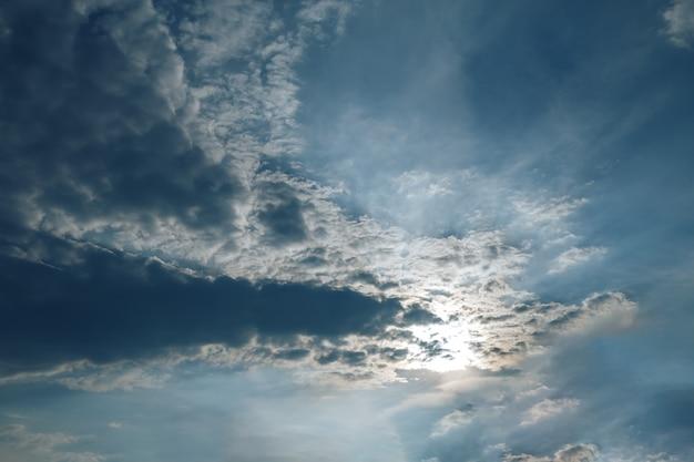 Piękne zachmurzone niebo, chmury zasłaniają słońce