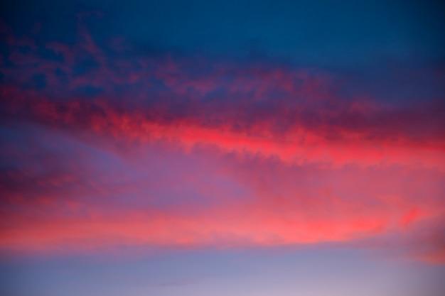 Piękne zachmurzone niebo w różowych odcieniach