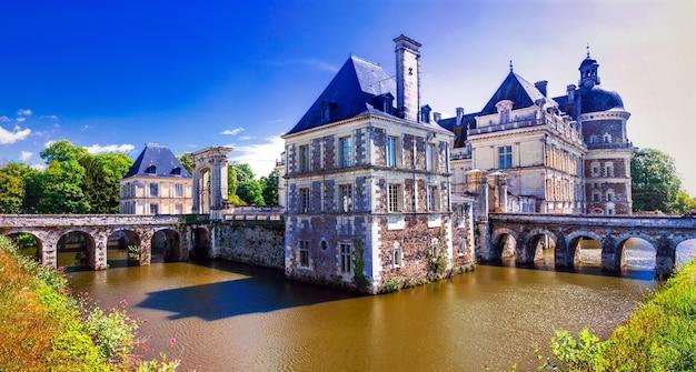 Piękne zamki doliny loary - elegancki chateau de serrant. francja