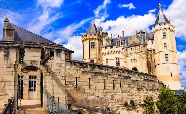 Piękne zamki doliny loary - imponujące średniowieczne saumur. francja
