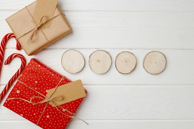 Piękne zapakowane prezenty świąteczne na podłoże drewniane