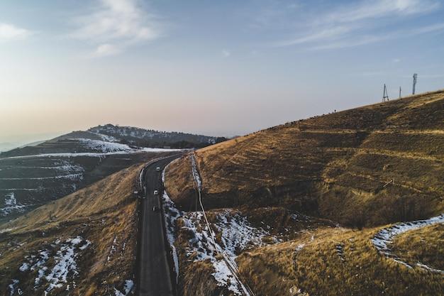 Piękne zaśnieżone wzgórza