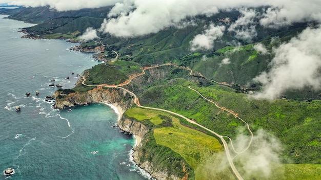 Piękne zdjęcia lotnicze wybrzeża morza z zielonymi liśćmi i zachmurzone niebo niesamowite