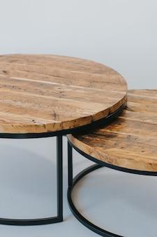 Piękne zdjęcia nowoczesnych mebli drewnianych na białym tle