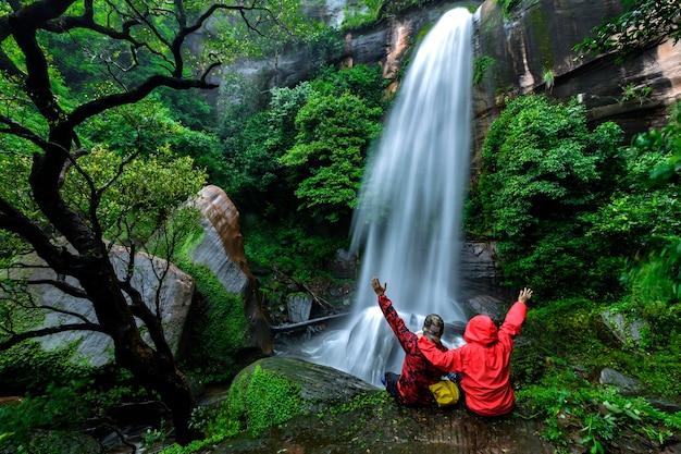 Piękne zdjęcia w tle wodospadu tat phimanthip waterfall znajduje się w północno-wschodniej tajlandii.
