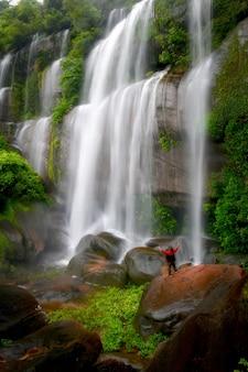 Piękne Zdjęcia W Tle Wodospadu Tat Phimanthip Waterfall Znajduje Się W Północno-wschodniej Tajlandii. Premium Zdjęcia