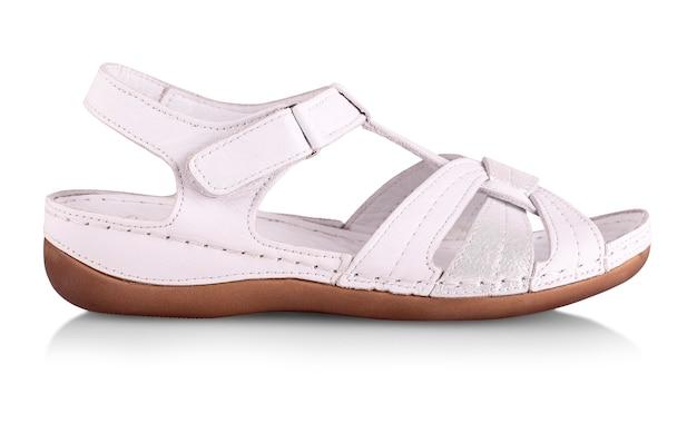 Piękne zdjęcie kobiece sandały skórzane na białym tle.