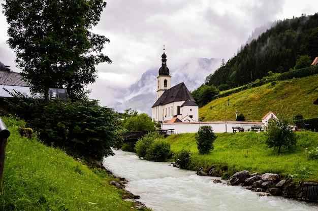 Piękne zdjęcie kościoła parafialnego św. sebastiana w ramsau, niemcy