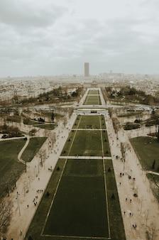 Piękne zdjęcie krajobrazu ogrodów paryża w pochmurny dzień