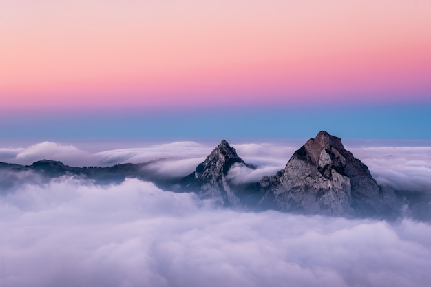 Piękne zdjęcie lotnicze gór fronalpstock w szwajcarii pod pięknym różowym i niebieskim niebem