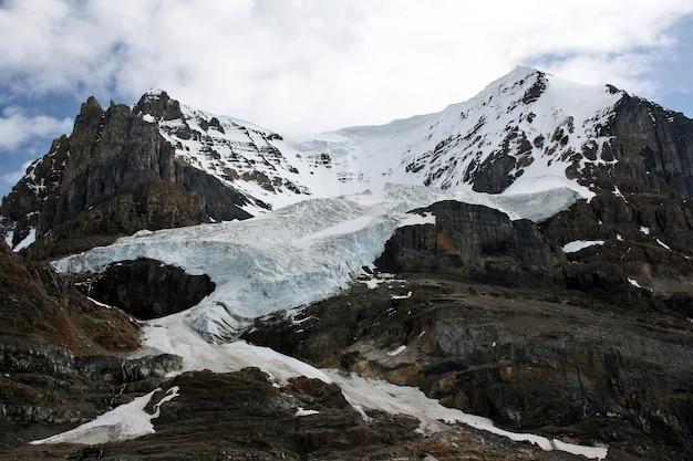 Piękne zdjęcie ośnieżonych gór canadian rockies
