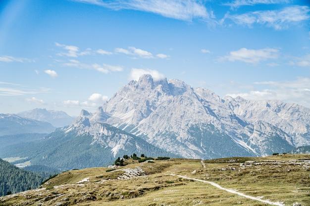 Piękne zdjęcie ośnieżonych gór z białymi chmurami