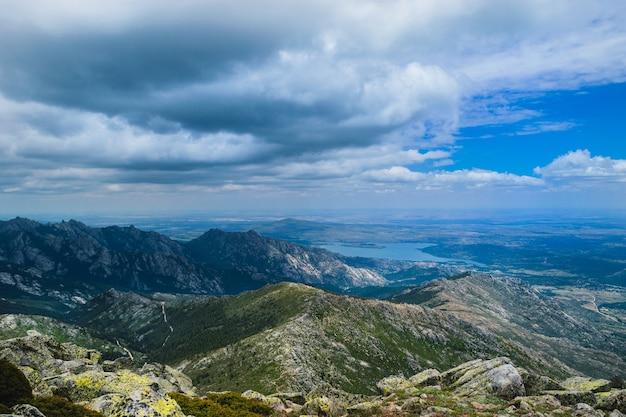 Piękne zdjęcie parku regionalnego cuenca alta manzanares