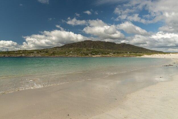 Piękne zdjęcie plaży w hrabstwie dog's bay galway irlandia connemara