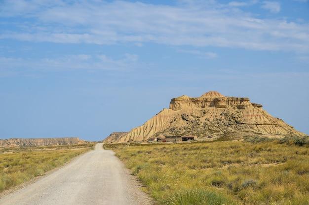 Piękne zdjęcie półpustynnego regionu naturalnego bardenas reales w hiszpanii