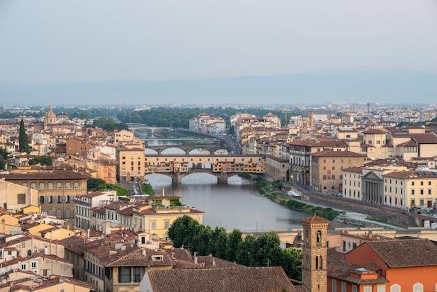 Piękne zdjęcie ponte vecchio we florencji, toskania, włochy