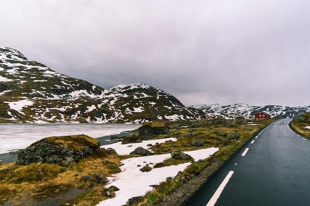 Piękne zdjęcie śnieżnego norweskiego krajobrazu