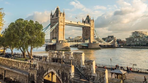 Piękne zdjęcie tower bridge w londynie w wielkiej brytanii