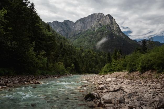 Piękne zdjęcie triglav national park, słowenia pod zachmurzonym niebem