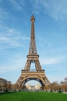 Piękne zdjęcie wieży eiffla w paryżu, francja