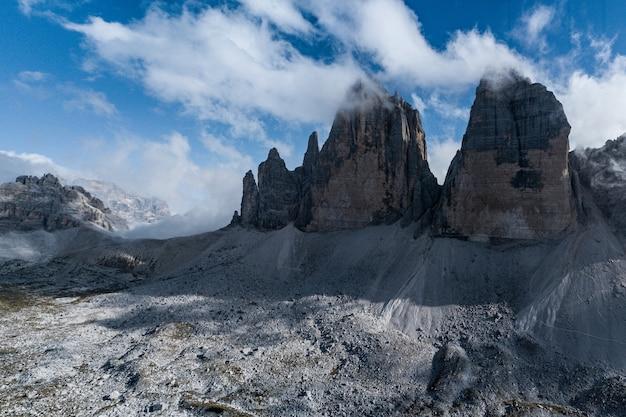Piękne zdjęcie włoskich dolomitów ze słynnymi trzema szczytami lavaredo