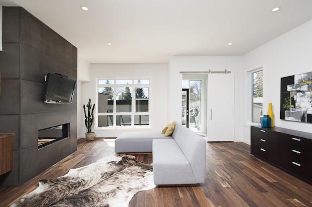 Piękne zdjęcie wnętrza nowoczesnego domu z białymi relaksującymi ścianami oraz meblami i technologią