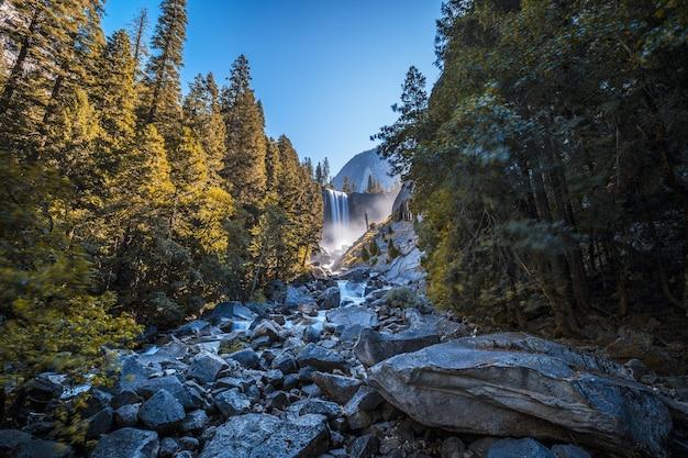 Piękne zdjęcie wodospadu vernal falls w parku narodowym yosemite w usa