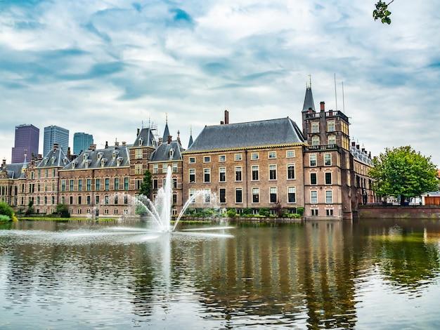 Piękne zdjęcie zabytkowego zamku binnenhof w holandii