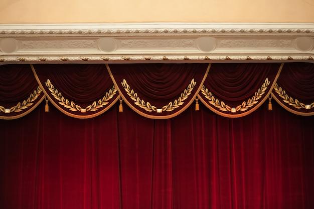 Piękne zdobione czerwone zasłony w górnej części teatru
