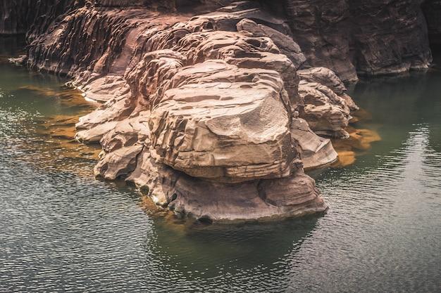 Piękne zdumiewające skały, naturalny skalny kanion w rzece mekhong, hat chom dao, prowincja ubon ratchathani, północno-wschodnia tajlandia