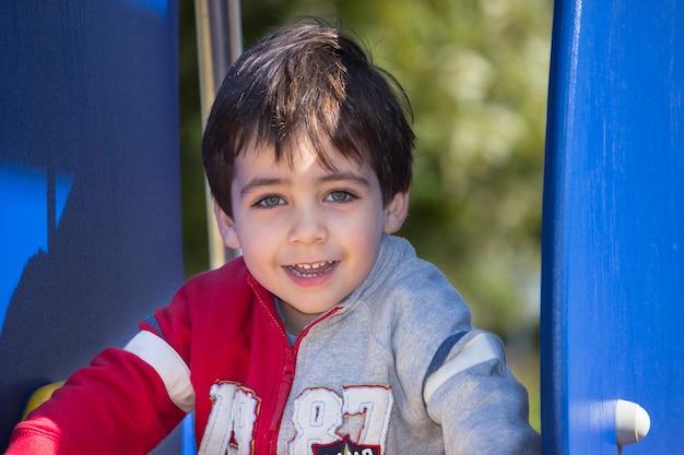Piękne zielone oczy dzieciaka z uśmiechem