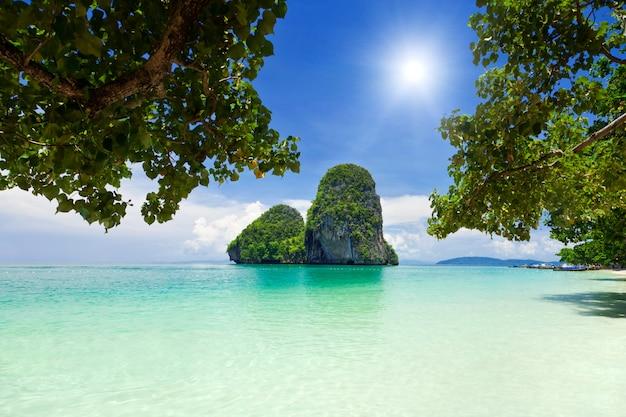 Piękne zielone skały na plaży railay