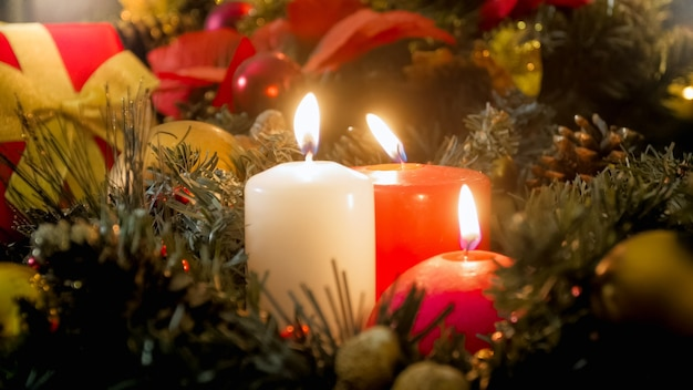 Piękne zimowe tło wakacje z wieńcem adwentowym i płonącymi świecami świątecznymi