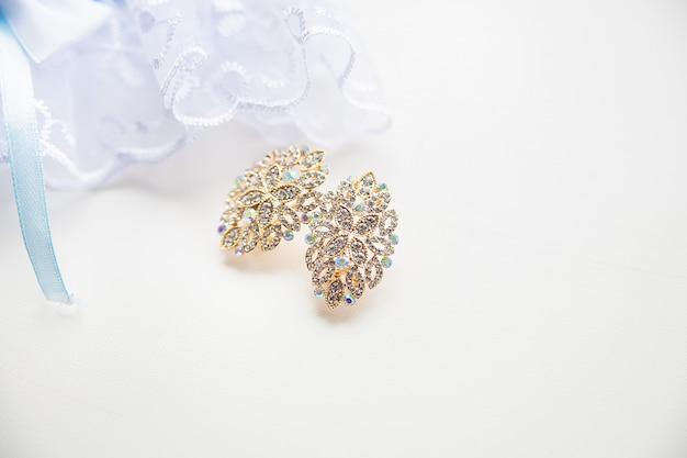 Piękne złote kolczyki ślubne modne stylowo eleganckie