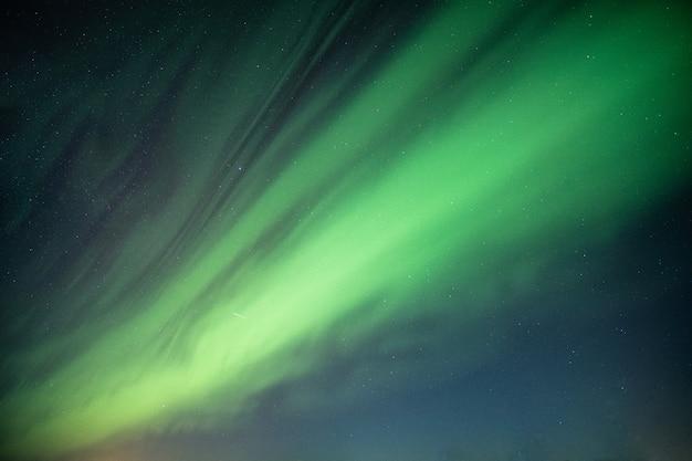 Piękne zorza polarna, aurora borealis tańczy na nocnym niebie