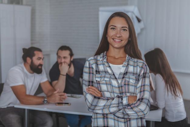Pięknego młodego bizneswomanu wiodący spotkanie przy biurem