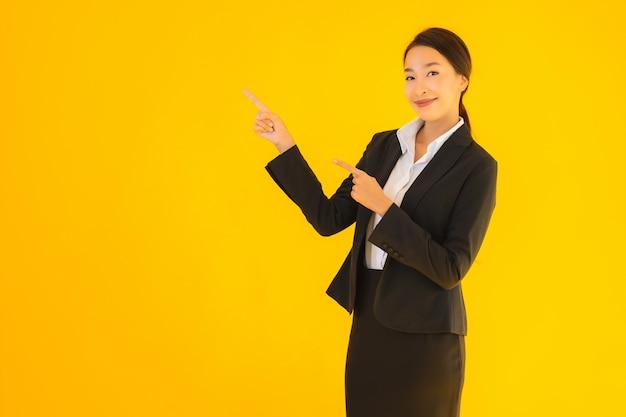 Pięknego portreta młodej biznesowej azjatykciej kobiety szczęśliwy uśmiech w wiele akci