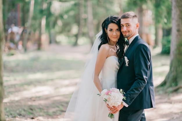 Pięknego ślubu pary plenerowy portret.