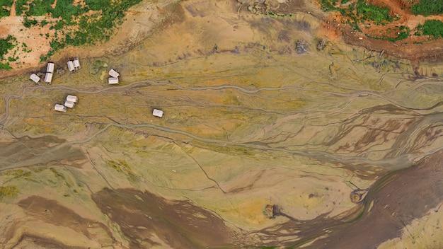 Pięknego sztuki tła powietrznego widoku z góry szczegółów powierzchnia i wzór ziemia w tamie podczas gdy woda jest sucha z bambusową tratwą