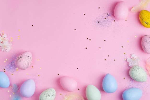 Pięknego wielkanocnego koloru pastelowi jajka na różowym gwiazdy tle z kopii przestrzenią