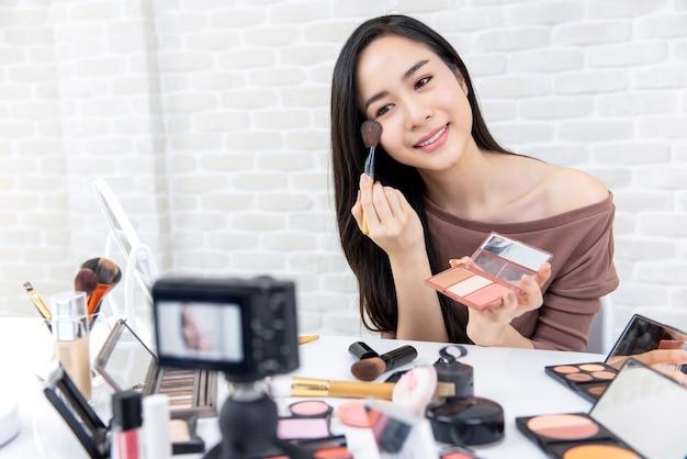 Pięknej azjatyckiej kobiety piękna winylowego profesjonalisty makeup fachowy tutorial