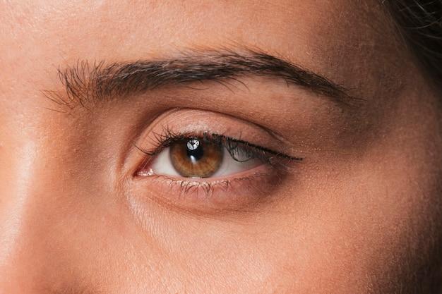 Pięknej brunetki dziewczyny poważny oko